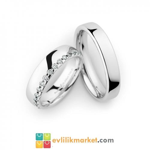 Beyaz taşlı evlilik yüzüğü